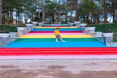Bậc thang 7 màu chụp hình sống ảo cực hot tại Đà Lạt