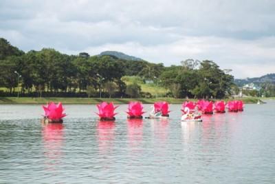 Thả 10 bông hoa hồng khổng lồ trên hồ Xuân Hương mùa Vu Lan