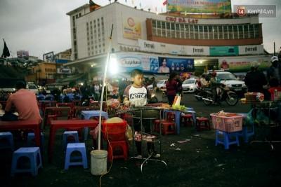 Cậu bé 10 tuổi bán bánh tráng nướng tại chợ Đà Lạt