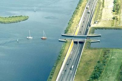 Chiêm ngưỡng cây cầu nước 'phá vỡ mọi định luật vật lý'