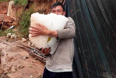Dân Đà Lạt ôm từng tảng đá to sau cơn mưa đầu mùa